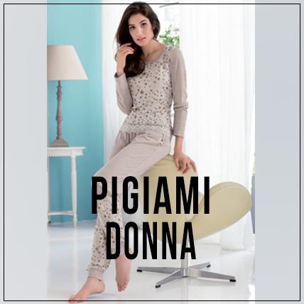 donna in pigiama appoggiata su una sedia